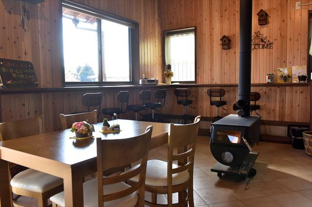 テーブル席と薪ストーブ